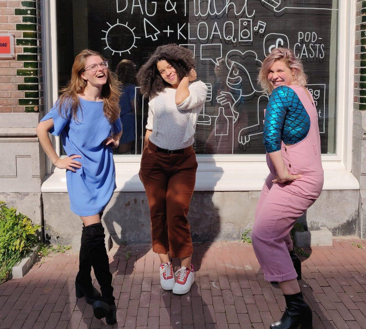 Nydia, Angelique en Marie Lotte poserenbuiten op de stoep voor de studio van Dag en Nacht Media
