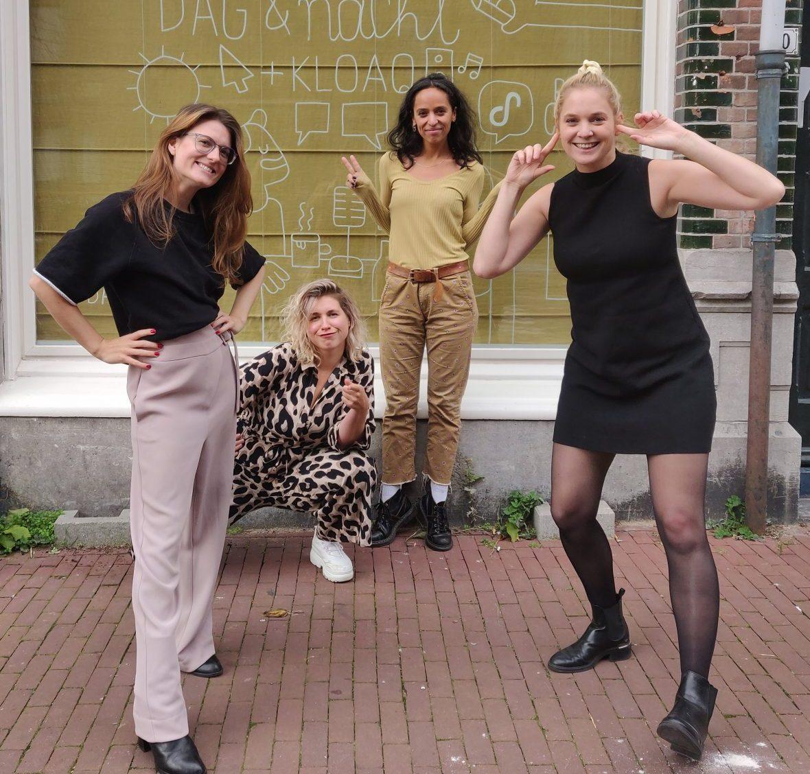 Nydia, Marie Lotte , Carly en Francien poseren buiten op de stoep voor de studio van Dag en Nacht Media
