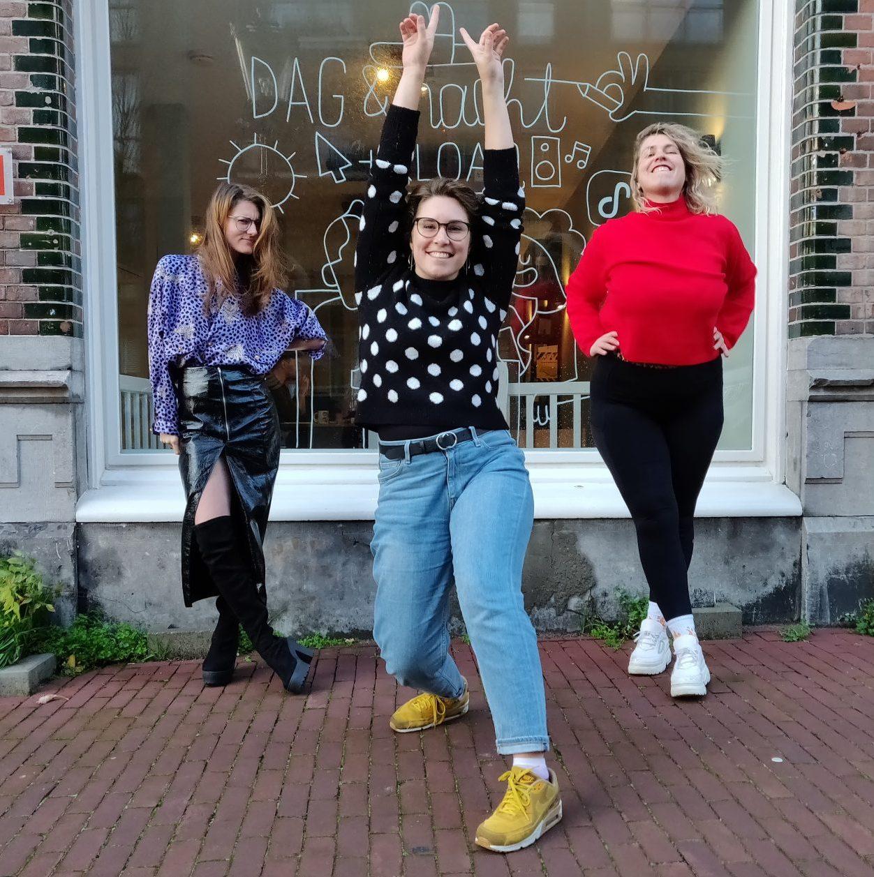 Nydia, Esther en Marie Lotte poseren op de stoep voor de studio van Dag en Nacht media