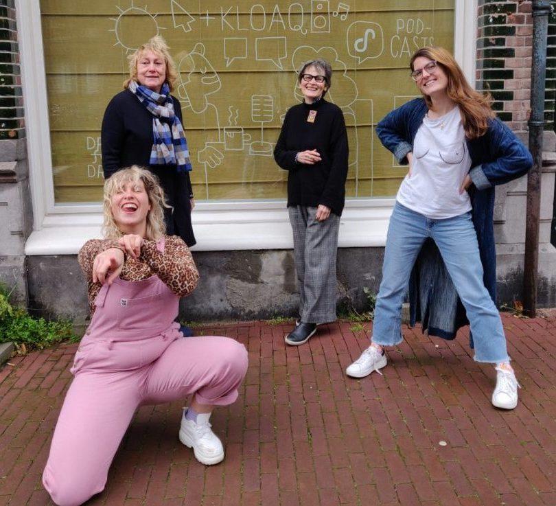 Marie Lotte, Netty, Pamela en Nydia poseren buiten op de stoep voor Dag en Nacht Media