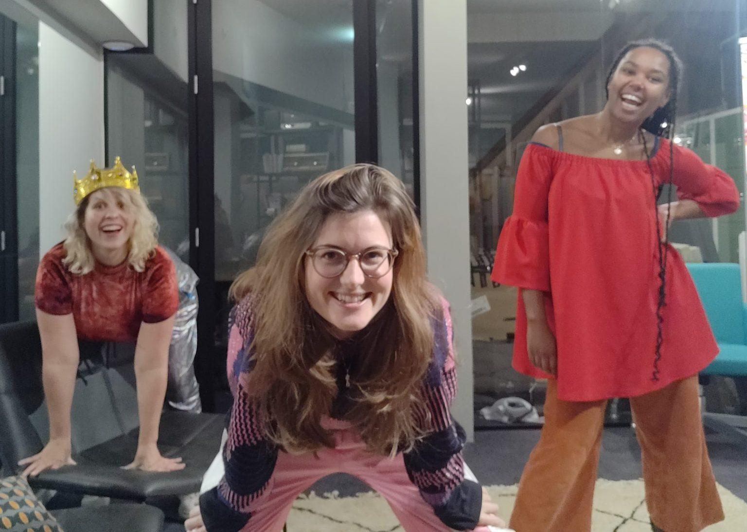 Marie Lotte, Nydia en Bete poseren in de studio