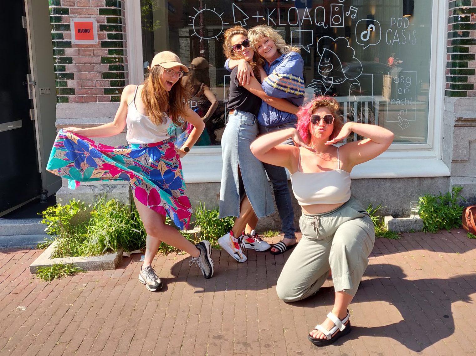 Nydia, Kiona, Geerke en Marie Lotte poseren buiten op de stoep voor de studio van Dag en Nacht Media