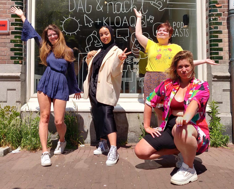 Nydia, Arwa, Marloes en Marie Lotte poseren op de stoep voor Dag en Nacht Media