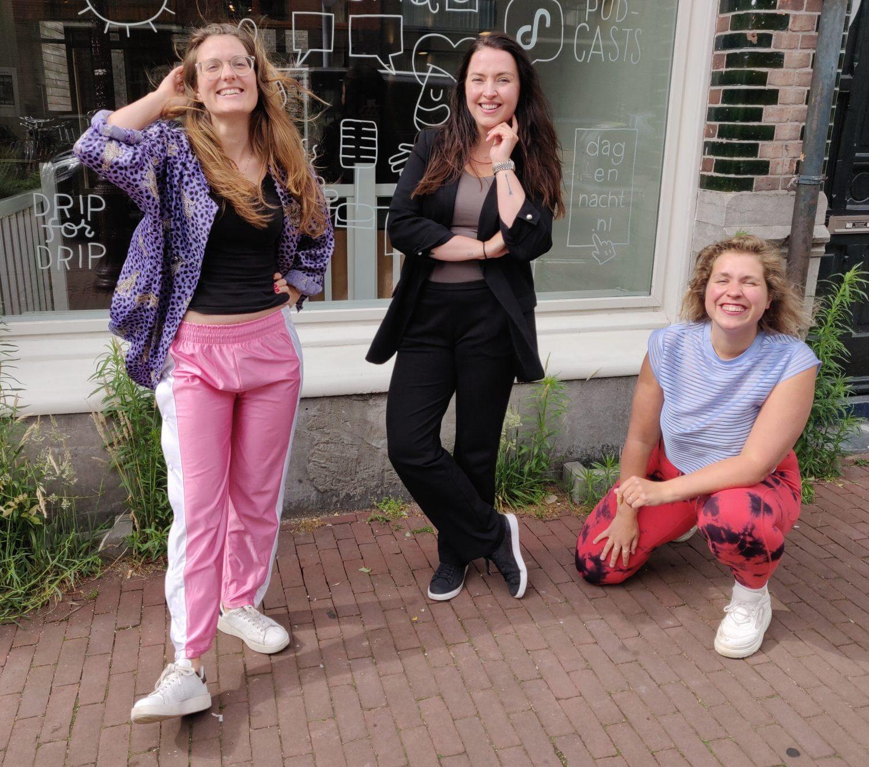 Nydia, Monique en Marie Lotte poseren voor de studio van Dag en Nacht Media