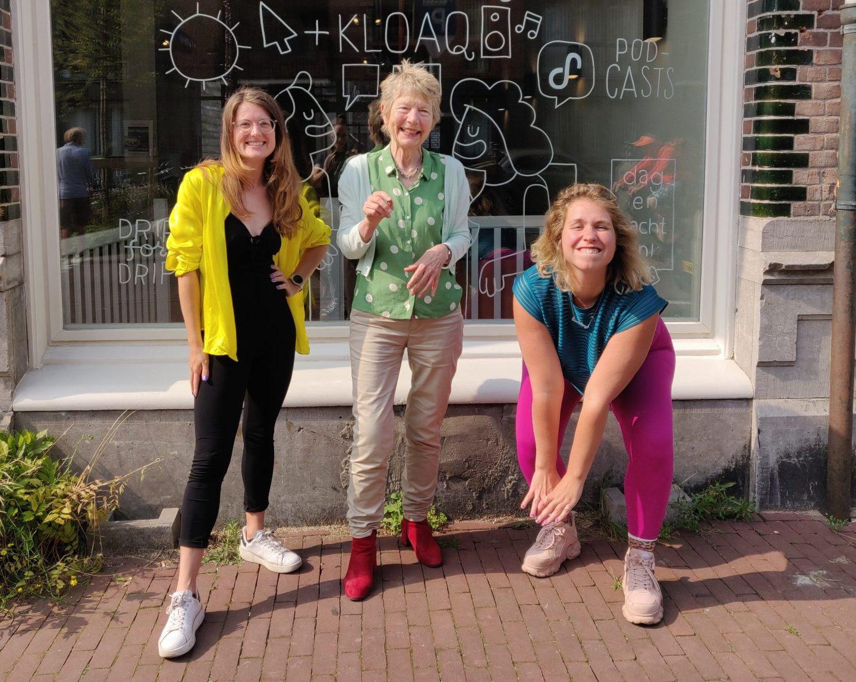 Nydia, Toine en Marie Lotte poseren buiten op de stoep voor Dag en Nacht Media