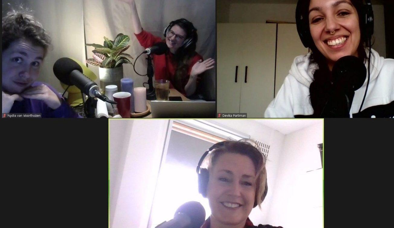 Screenshot van tijdens de opnames. Marie Lotte en Nydia in de thuisstudio en Devika en Manja beiden vanuit huis
